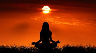 Pět důvodů, proč začít meditovat. Inspirujte se miliardáři